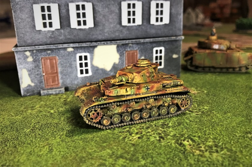3 Panzer IVE by building